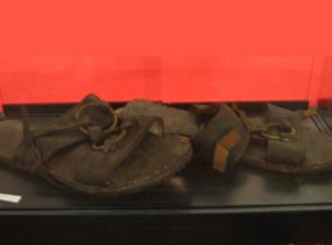Immagine di sandali giganti