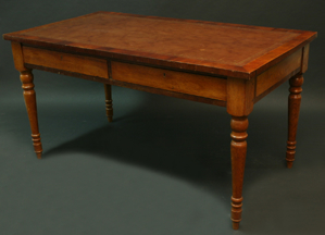 Immagine di tavolo scrittoio con pelle