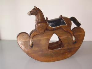Immagine di cavallo a dondolo grande