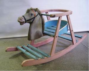 Immagine di cavallo a dondolo piccolo