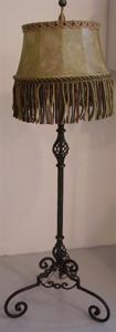 Immagine di lampada da terra in ferro battuto paralume in pergamena