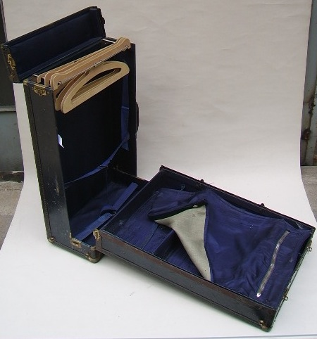 Picture of Mini Wardrobe steamer trunk n° 302