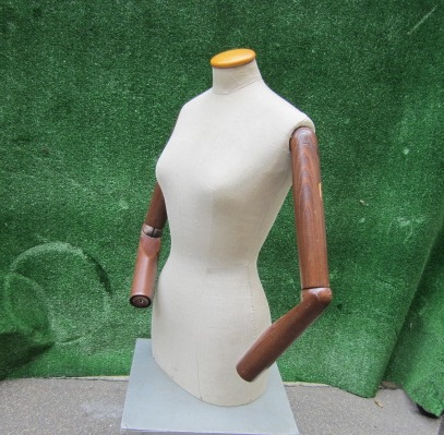 Picture of white tailor's dummy with wooden arms n°13