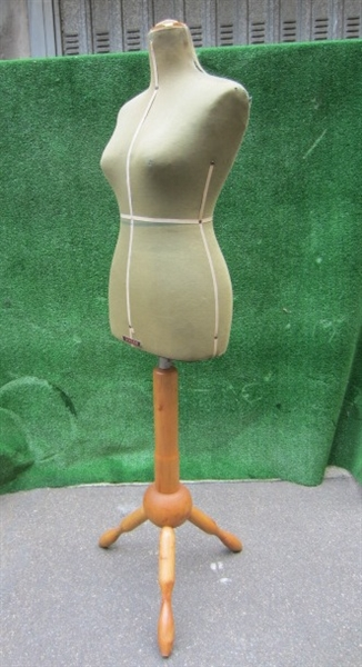 Picture of green tailor's dummy n° 8