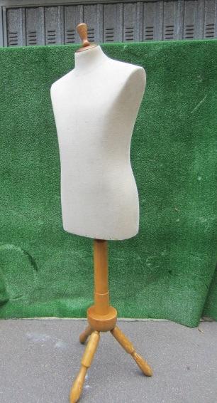 Immagine di busto sartoria uomo bianco base legno n°9