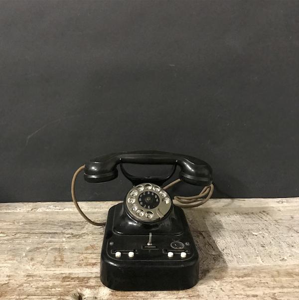 Immagine di telefono centralino in bakelite nera e ferro con levetta anni 50
