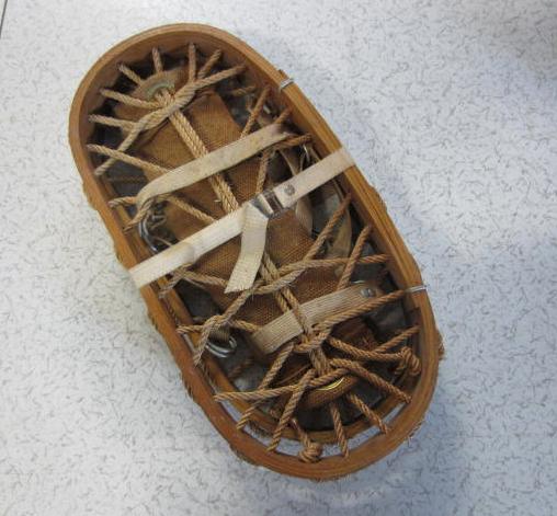 Immagine di ciaspole legno e corda