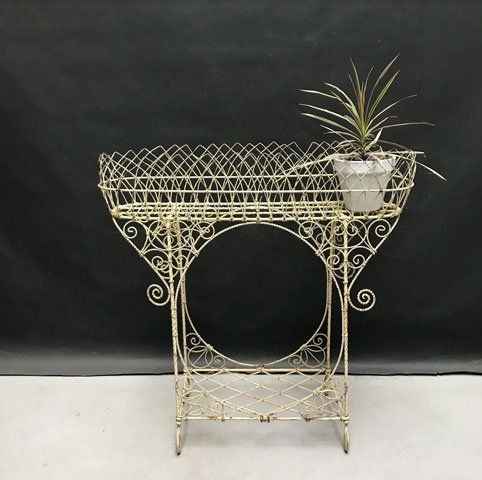 Immagine di fioriera in fil di ferro bianca
