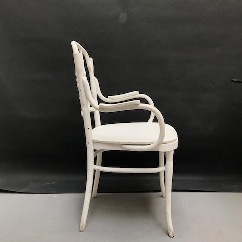 Immagine di Sedia bianca con braccioli in stile Viennese
