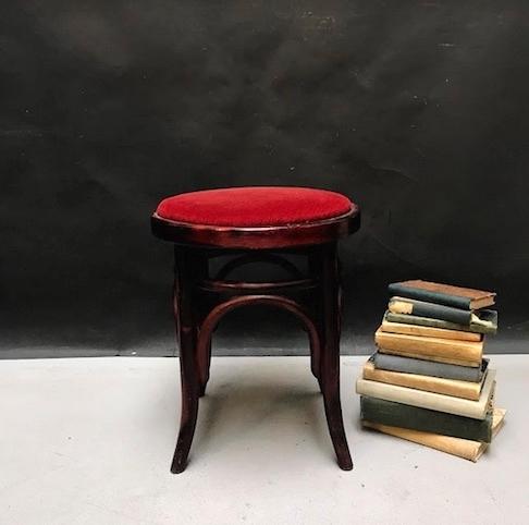 Immagine di Sgabello in faggio curvato color mogano con seduta in velluto rosso