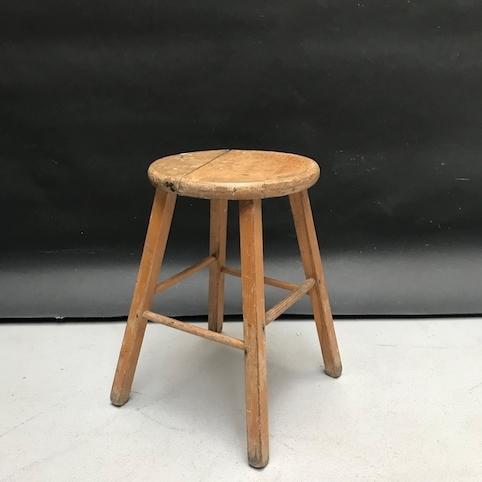 Immagine di Sgabello in legno chiaro con seduta rotonda e base quadrata