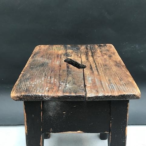 Immagine di Sgabello rustico quadrato in legno nero scrostato