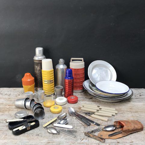 Immagine di Thermos, piatti, bicchieri pieghevoli e posate pieghevoli da campeggio