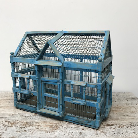Immagine di gabbia legno casetta azzurra