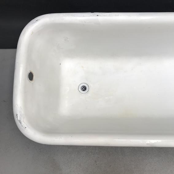 Immagine di vasca da bagno con piedini